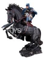 dc-comics-batman-call-to-the-arms-mini-statue-toyslife-01