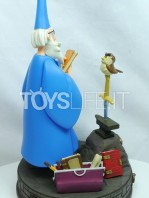disneypark-authentic-the-sword-in-the-stone-merlin-statue-toyslife-01