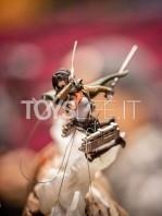 figurama-attack-on-titan-eren-vs-armored-titan-exclusive-statue-toyslife-05