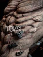 figurama-attack-on-titan-eren-vs-armored-titan-exclusive-statue-toyslife-10