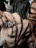 figurama-attack-on-titan-eren-vs-armored-titan-exclusive-statue-toyslife-12