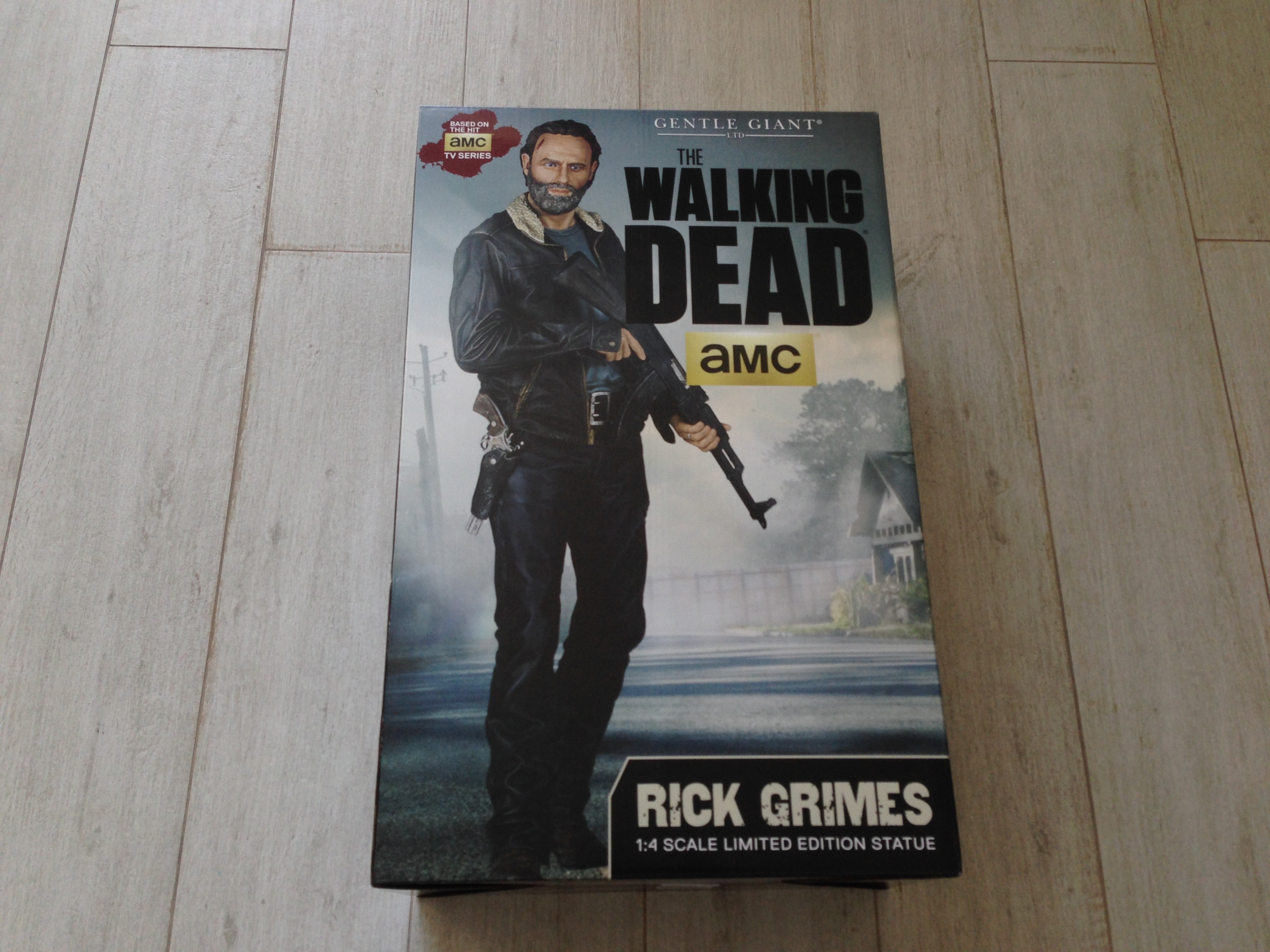 gentle-giant-the-walking-dead-rick-grimes-statue-toyslife-review-01