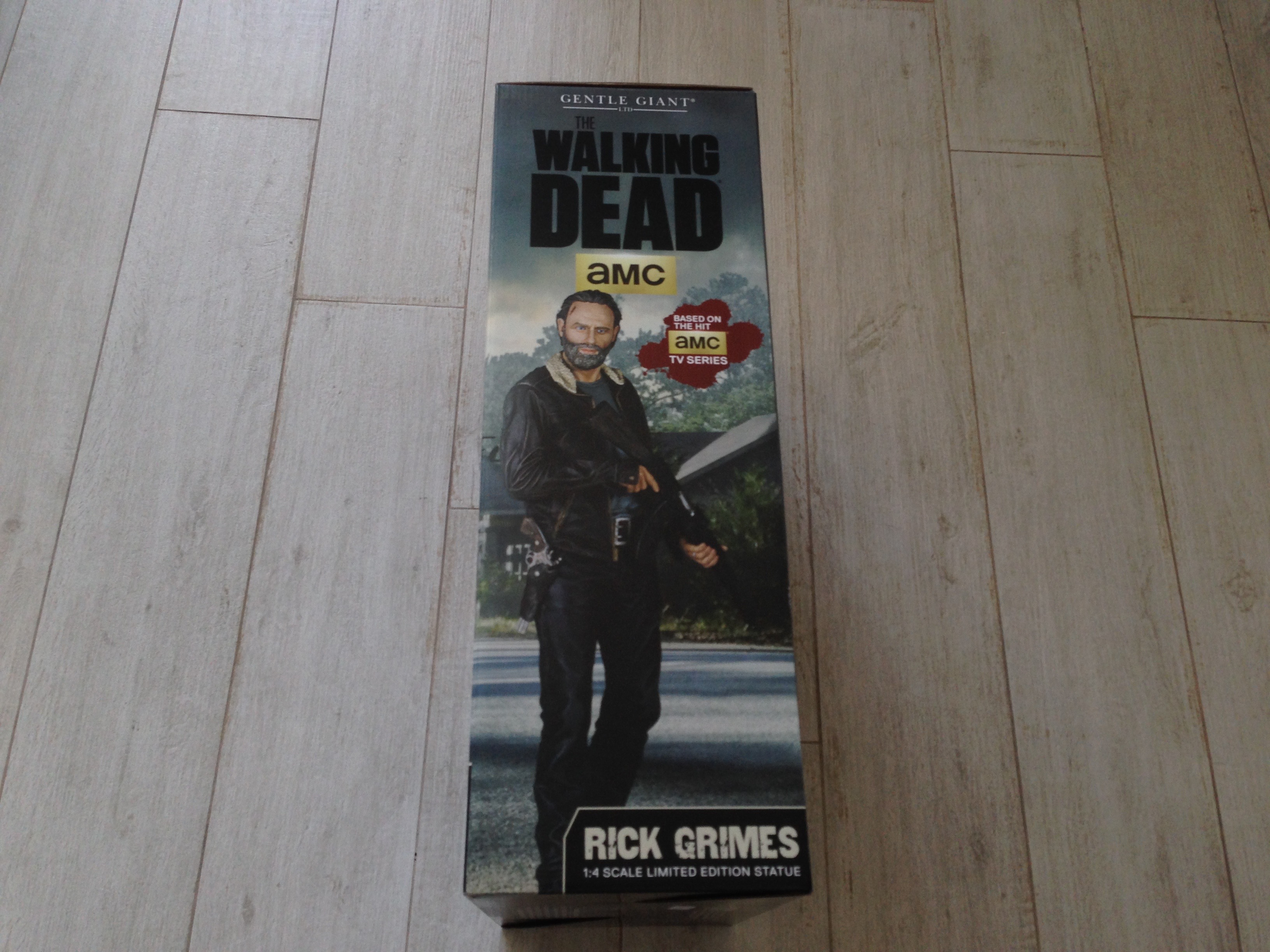 gentle-giant-the-walking-dead-rick-grimes-statue-toyslife-review-02