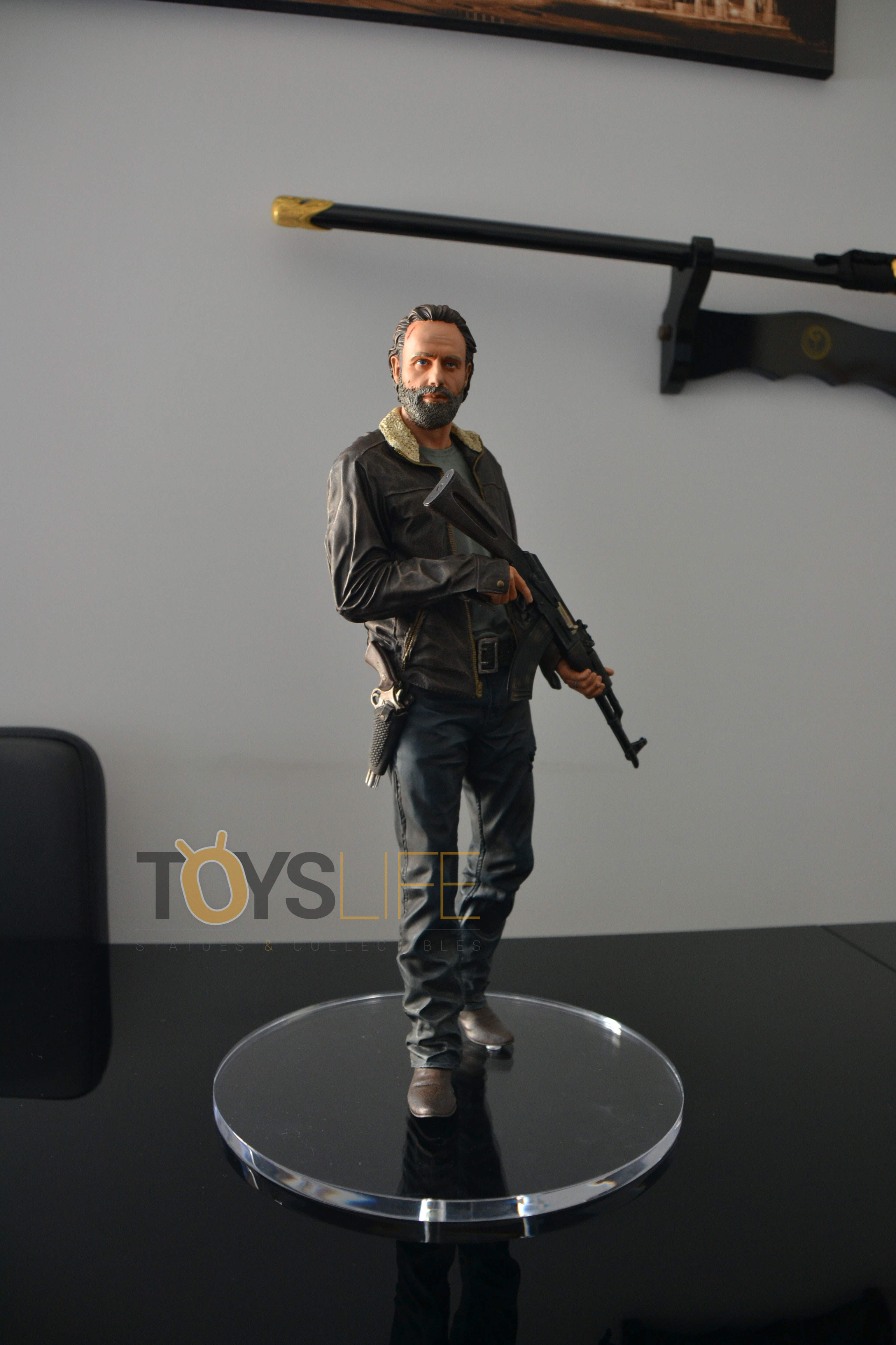 gentle-giant-the-walking-dead-rick-grimes-statue-toyslife-review-07