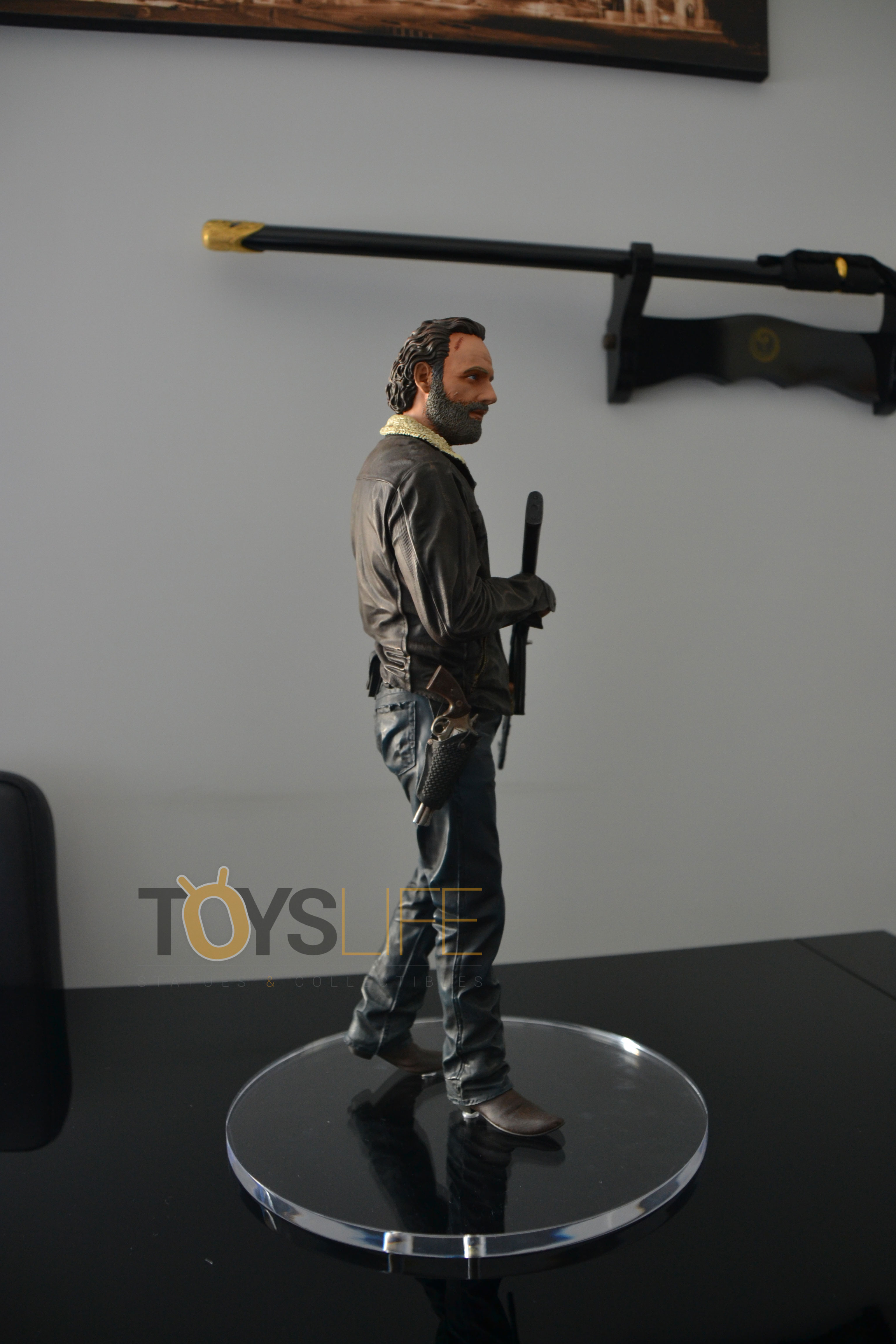 gentle-giant-the-walking-dead-rick-grimes-statue-toyslife-review-08