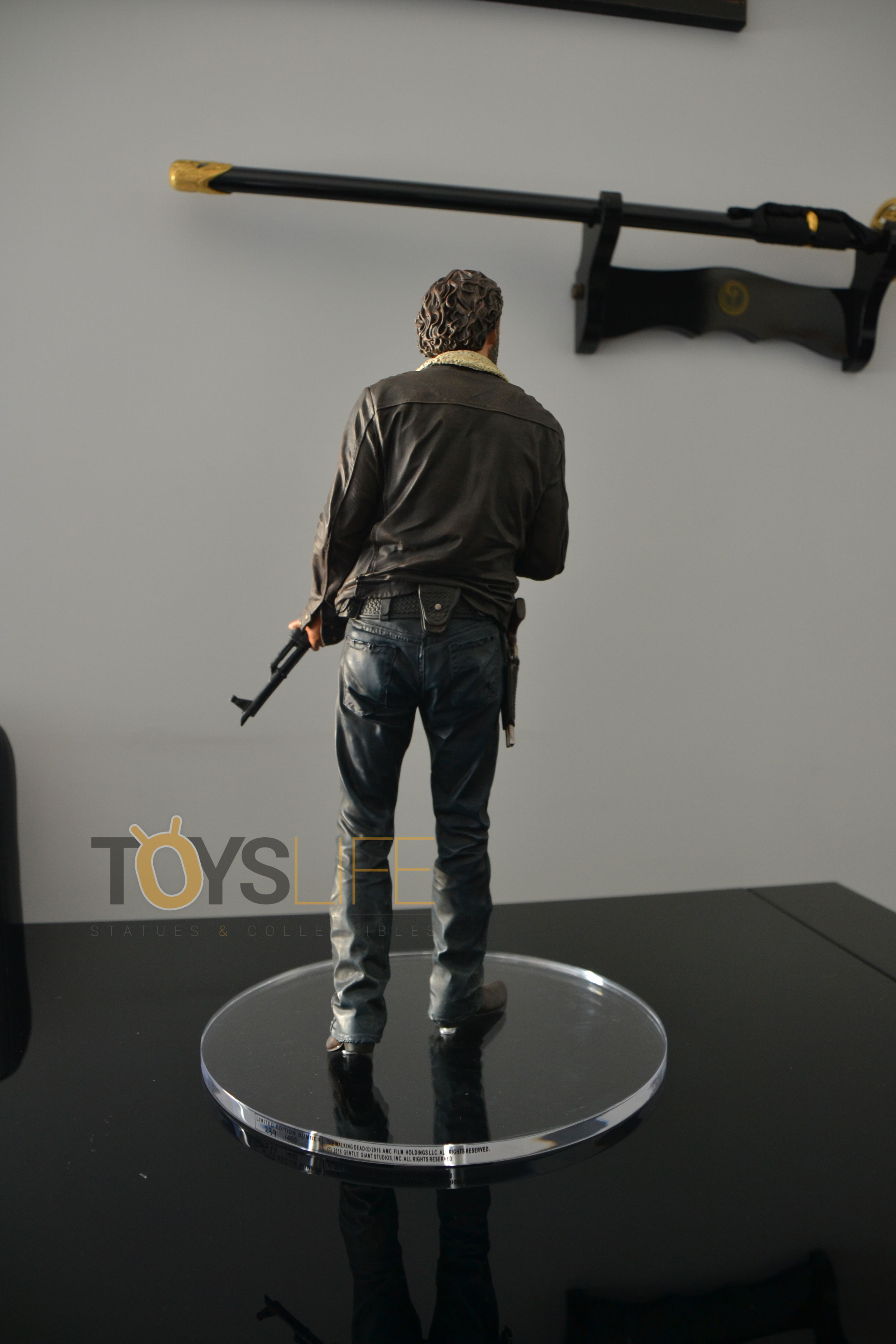gentle-giant-the-walking-dead-rick-grimes-statue-toyslife-review-09