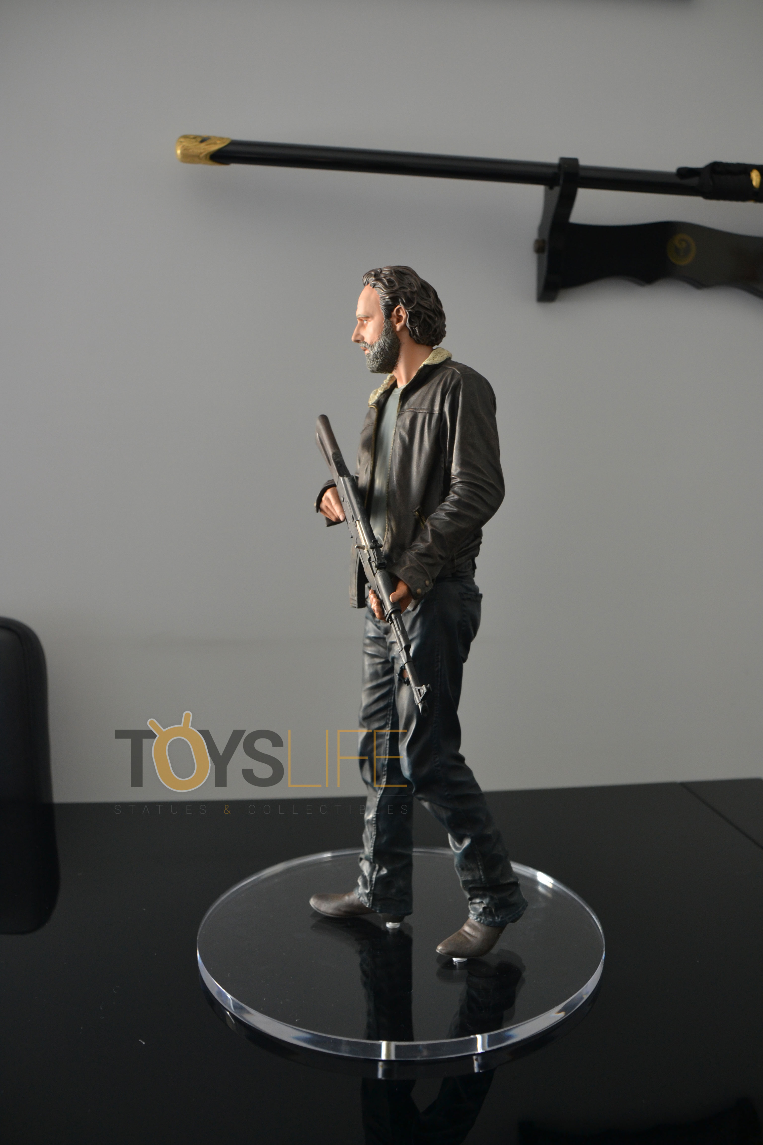 gentle-giant-the-walking-dead-rick-grimes-statue-toyslife-review-10