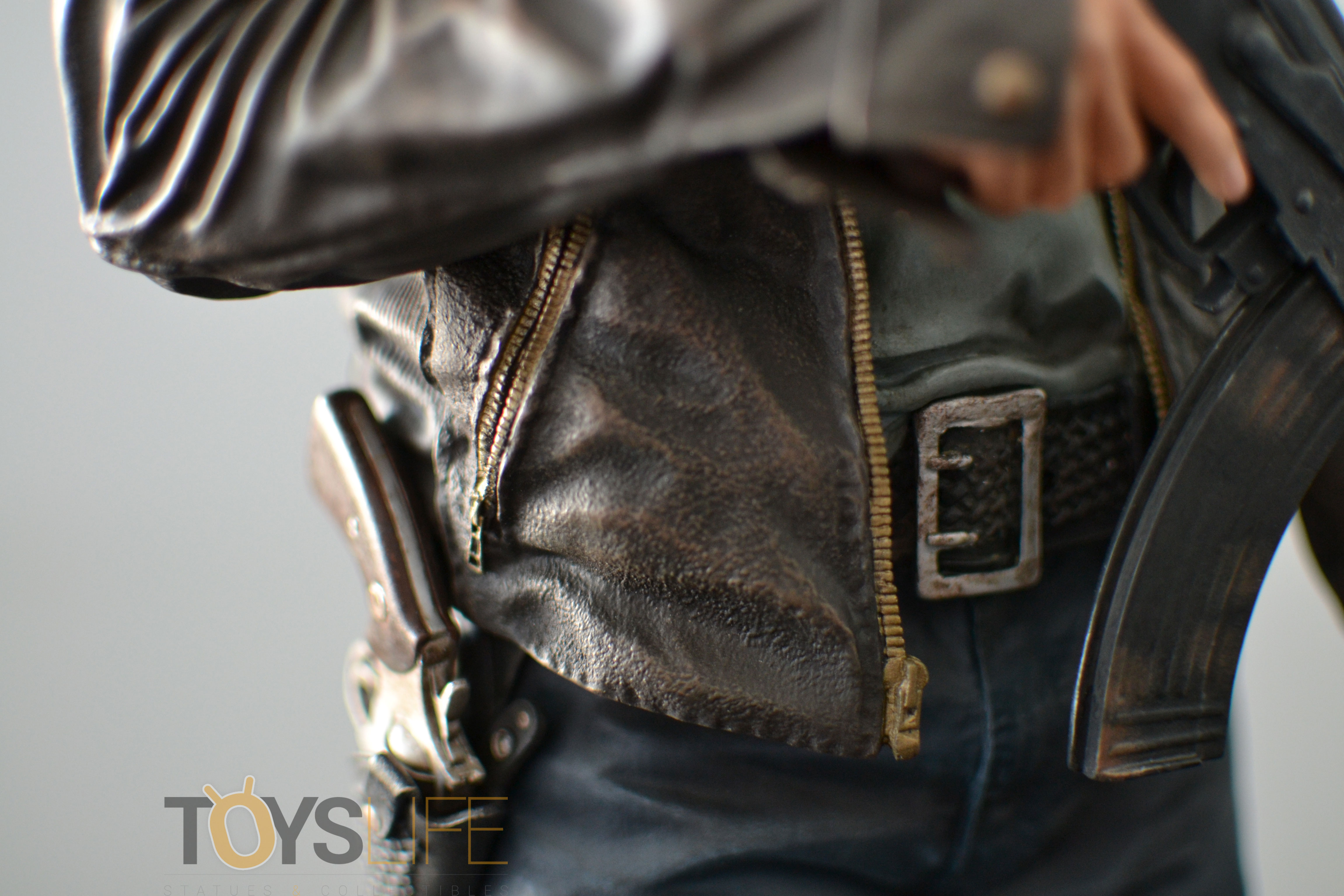 gentle-giant-the-walking-dead-rick-grimes-statue-toyslife-review-13