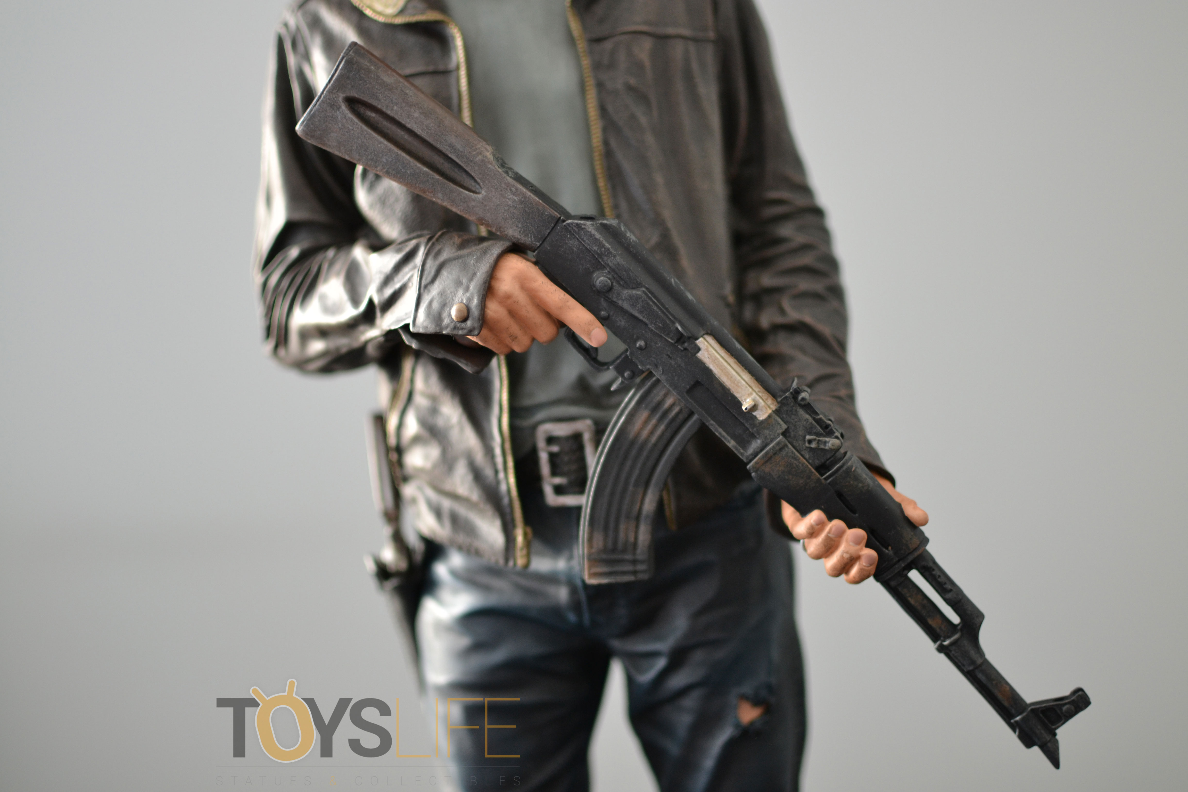gentle-giant-the-walking-dead-rick-grimes-statue-toyslife-review-14