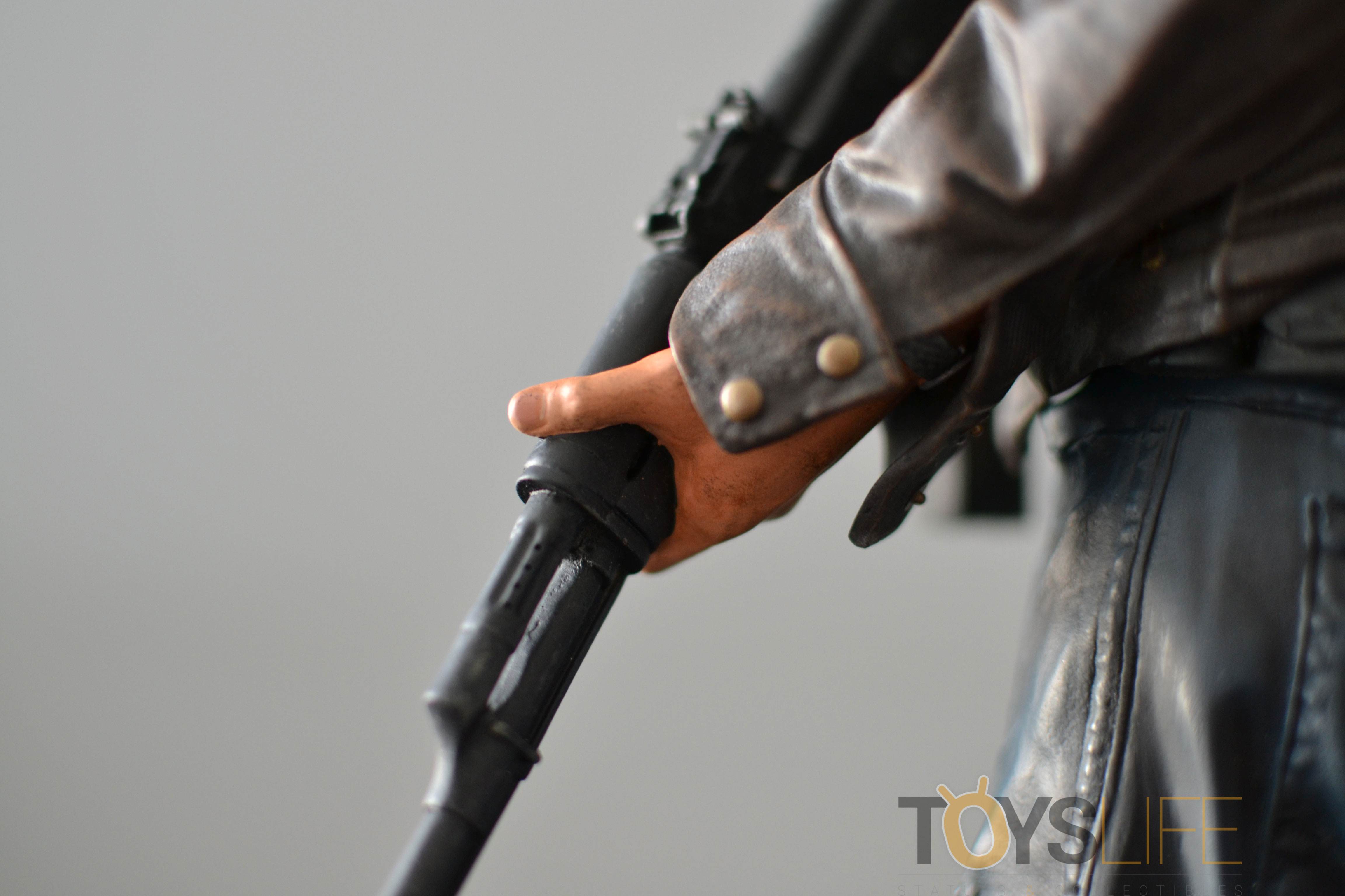gentle-giant-the-walking-dead-rick-grimes-statue-toyslife-review-19