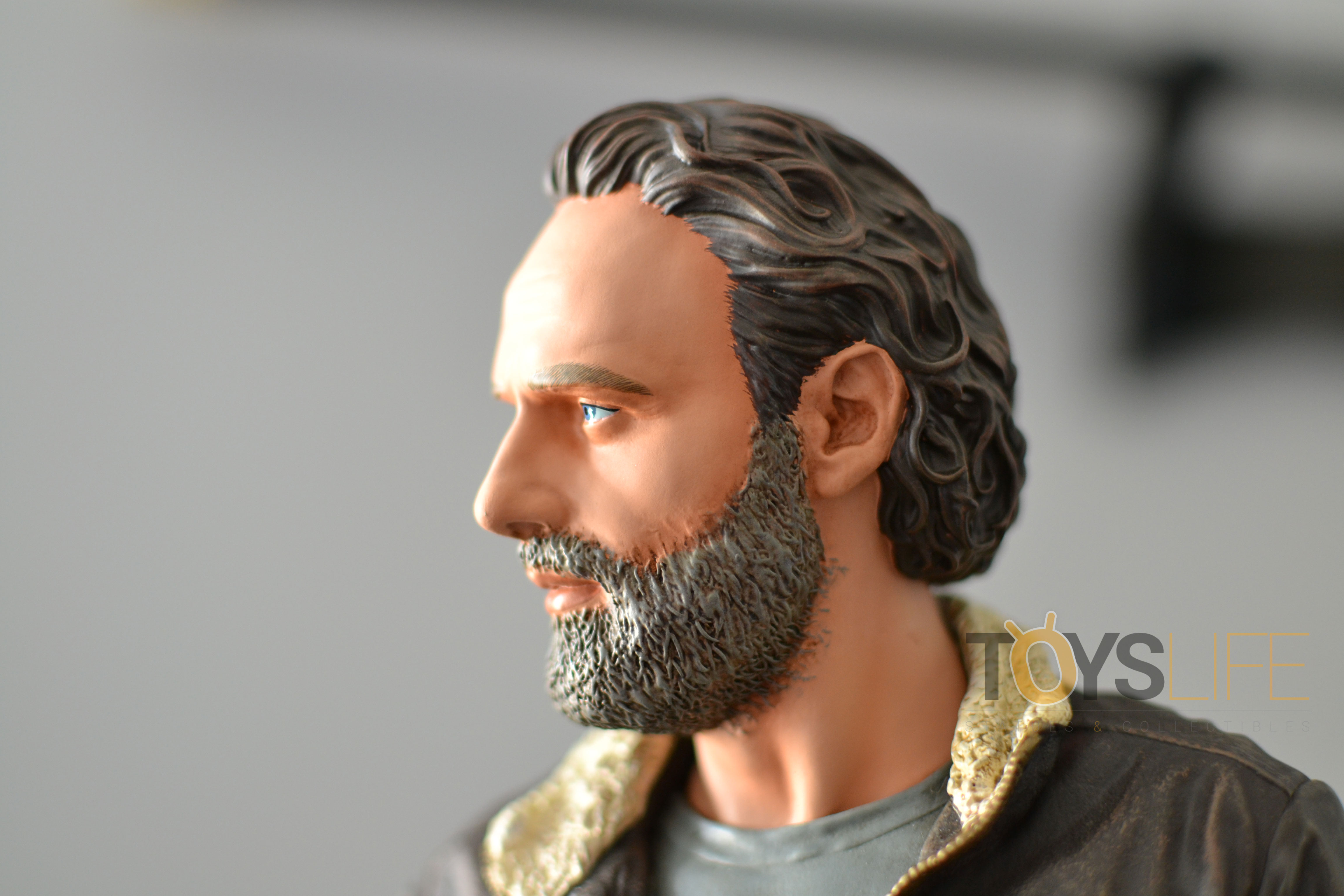 gentle-giant-the-walking-dead-rick-grimes-statue-toyslife-review-21