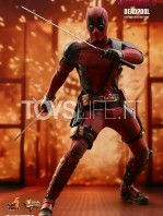 hot-toys-marvel-deadpool-2-deadpool-figure-toyslife-01