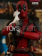 hot-toys-marvel-deadpool-2-deadpool-figure-toyslife-02