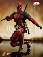 hot-toys-marvel-deadpool-2-deadpool-figure-toyslife-04