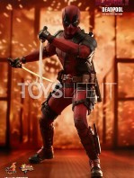 hot-toys-marvel-deadpool-2-deadpool-figure-toyslife-05
