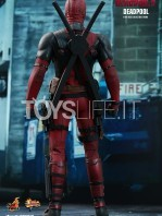 hot-toys-marvel-deadpool-2-deadpool-figure-toyslife-07