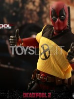hot-toys-marvel-deadpool-2-deadpool-figure-toyslife-10