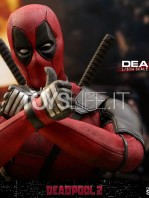 hot-toys-marvel-deadpool-2-deadpool-figure-toyslife-11