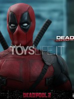 hot-toys-marvel-deadpool-2-deadpool-figure-toyslife-12