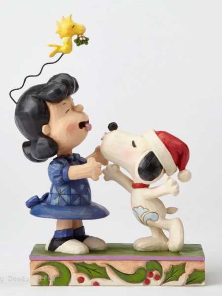 jim-shore-peanuts-snoopy-&lucy-mistletoe-mischief-toyslife-01