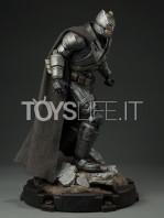 sideshow--batman-vs-superman-armored-batman-premium-format-toyslife-04