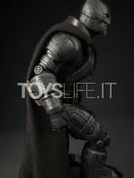 sideshow--batman-vs-superman-armored-batman-premium-format-toyslife-08