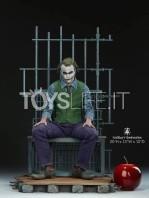 sideshow-dc-batman-the-dark-knight-the-joker-in-jail-premium-format-toyslife-01