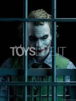 sideshow-dc-batman-the-dark-knight-the-joker-in-jail-premium-format-toyslife-10