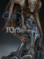 sideshow-mythos-alien-warrior-statue-toyslife-10